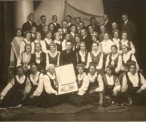 Lazdonas draudzes koris ar 1938. gada Dziesmu svētku balvu. R. Balodis